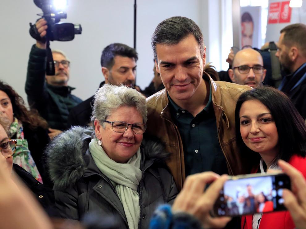 Pedro Sánchez posa con dos simpatizantes tras votar este sábado.