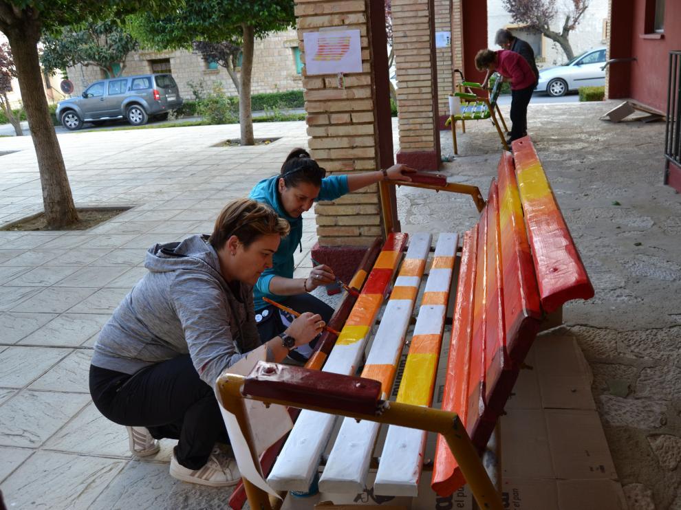 Un grupo de vecinas de Santa Engracia colabora en la decoración de los bancos.
