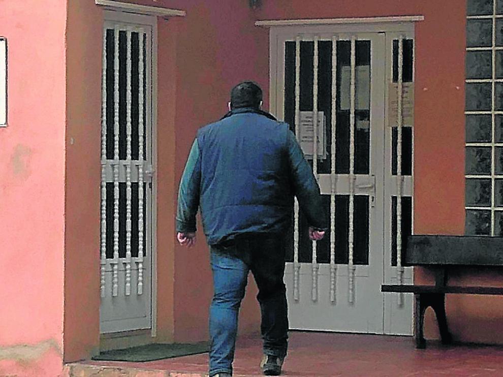 Un vecino entra en el consultorio médico de Cucalón, que ahora se abre dos días a la semana.