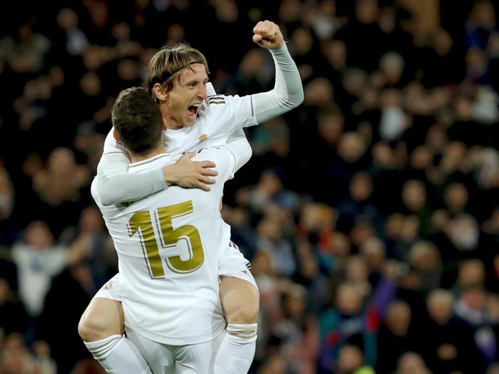 Valverde celebra su gol con su compañero Luca Modric.