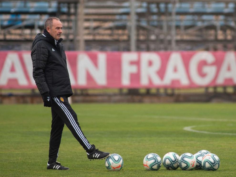 Víctor Fernández golpea un balón durante el entrenamiento del equipo este viernes en la Ciudad Deportiva.