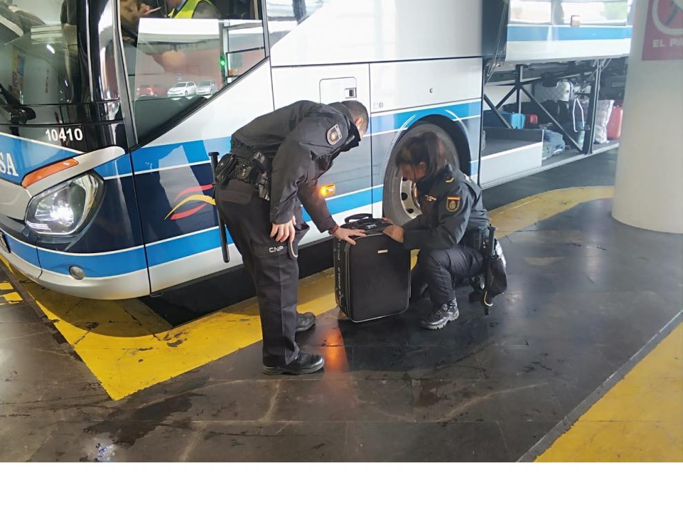 Agentes de la Policía registraron el equipaje de la sospechosa