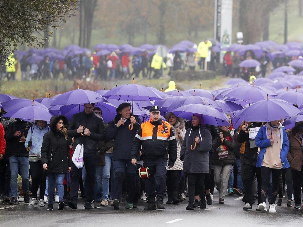 Cientos de personas bajo la lluvia en la marcha celebrada este domingo en Santiago de Compostela con motivo del Día Internacional contra la Violencia de Género.