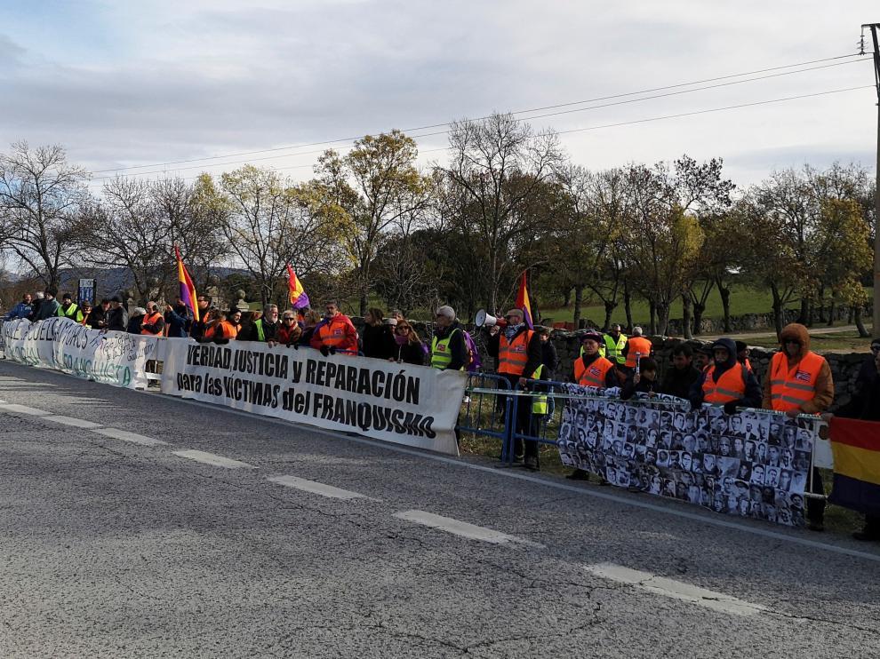 Decenas de personas han acudido este domingo al Valle de los Caídos en una protesta organizada por asociaciones memorialistas.