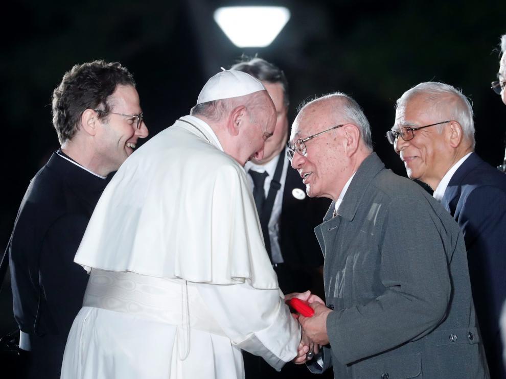 El El Papa, con uno de los supervivientes del bombardeo, en el Parque de la Paz de Hiroshima
