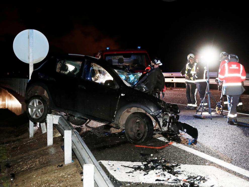 Estado en el que quedaron los dos vehículos implicados en el accidente de este viernes, en el que perdieron la vida dos mujeres, madre e hija, de 78 y 51 años, en en el kilómetro 14 de la carretera N-121-A (Pamplona-Behobia).