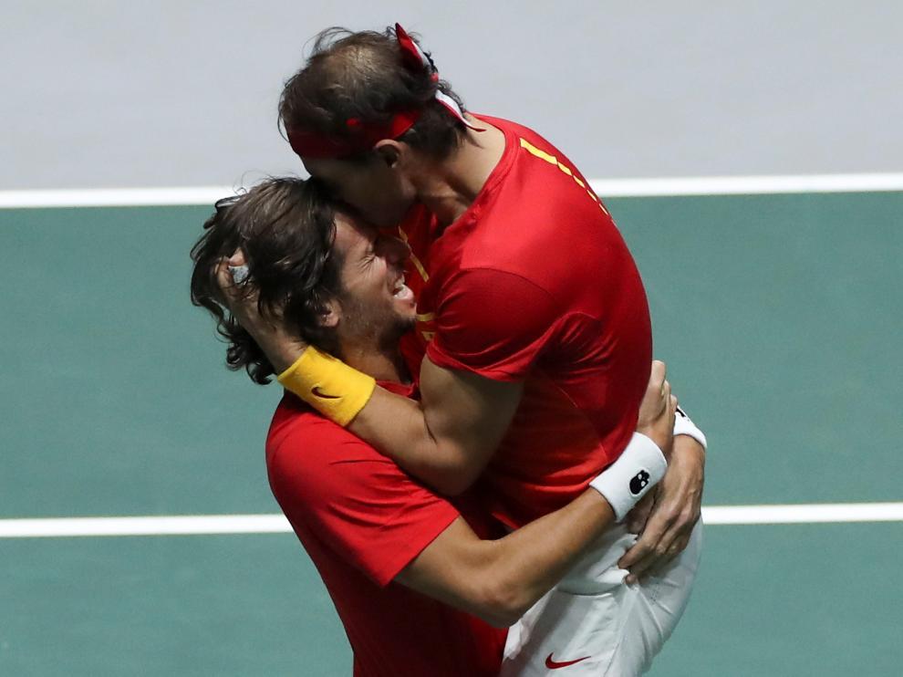 Los españoles Rafa Nadal (d) y Feliciano López (i) celebran su pase a la final de la Copa Davis tras derrotar a los británicos..