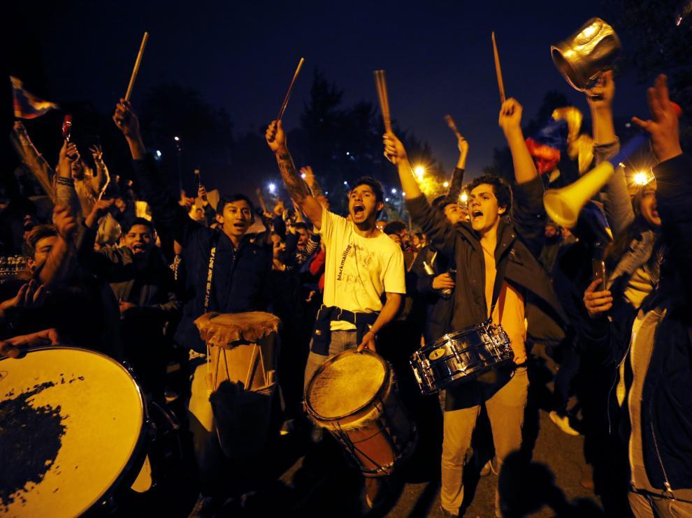 Manifestantes gritan consignas este sábado contra el Gobierno frente a la residencia privada del presidente colombiano, Iván Duque, en Bogotá