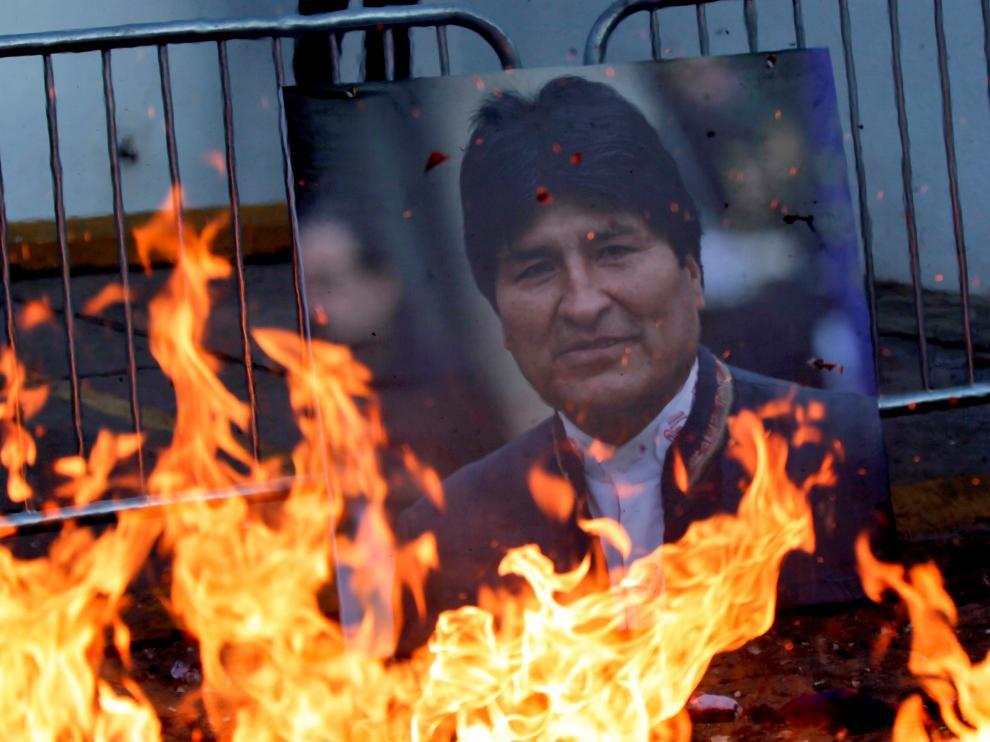 Un retrato del ex presidente de Bolivia Evo Morales es visto frente a las instalaciones de la Misión de Apoyo contra la Corrupción y la Impunidad en Honduras (MACCIH) hasta donde llego la marcha del partido político Libertad y Refundación