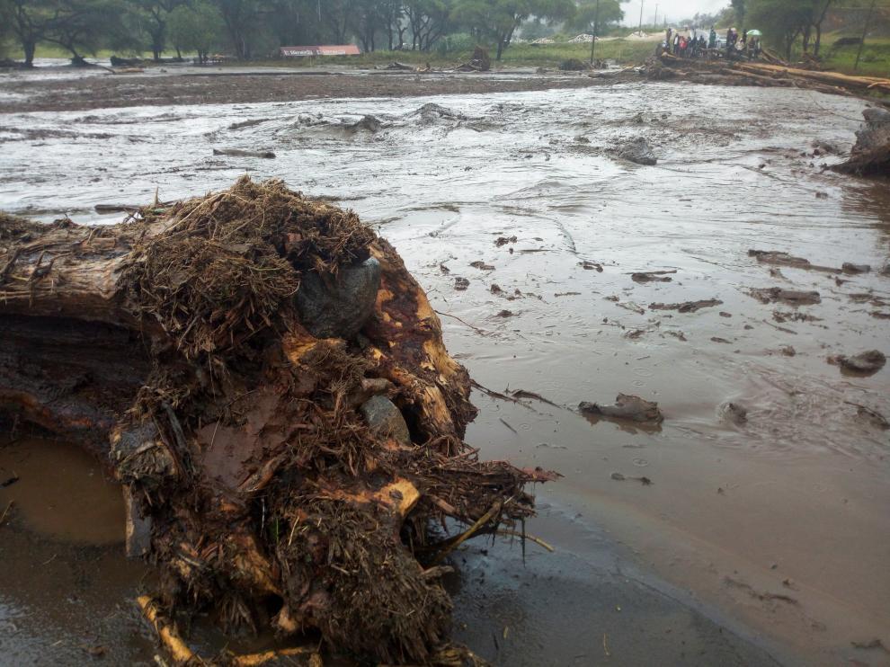 Una carretera destruida por las fuertes lluvias en Kenia.