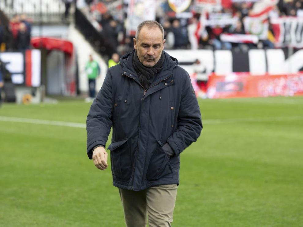 Víctor Fernández, este pasado sábado en el césped de Vallecas durante el descanso del partido del Real Zaragoza.