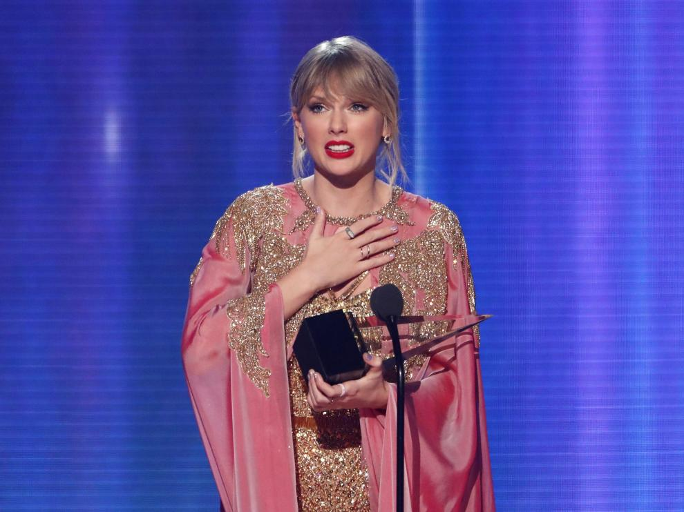 2019 American Music Awards - Show - Los Angeles, California, U.S., November 24, 2019 - Taylor Swift accepts the Artist of the Year award. REUTERS/Mario Anzuoni [[[REUTERS VOCENTO]]] AWARDS-AMA/
