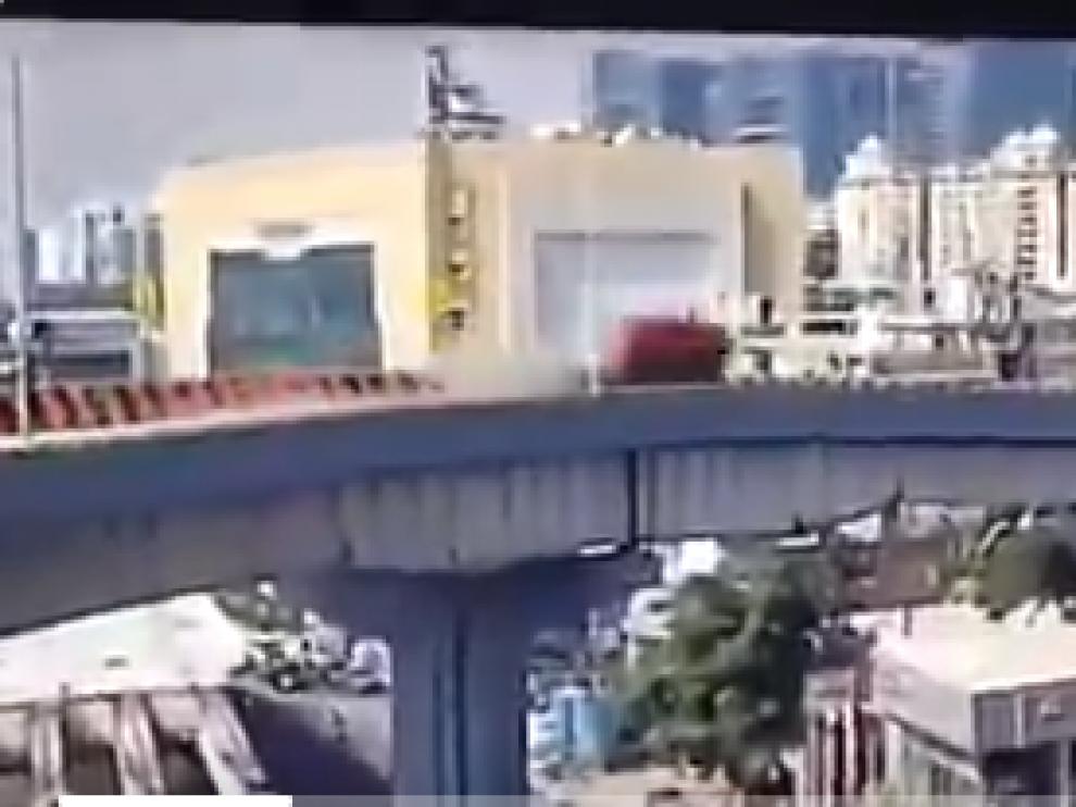 Captura de vídeo de cuando el coche cae por el puente