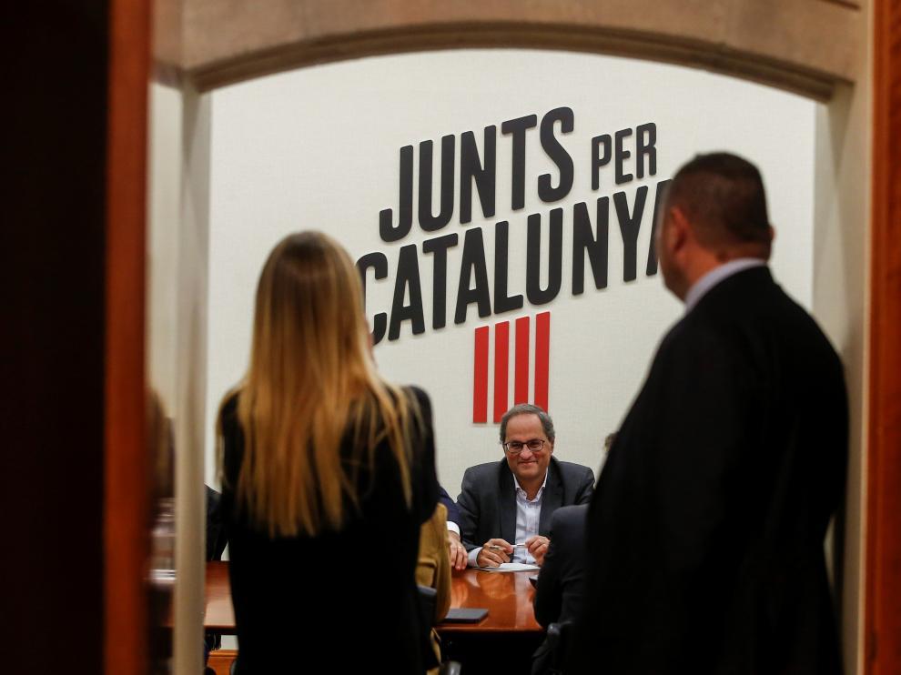 El presidente de la Generalitat, Quim Torra (c), durante la reunión de la dirección de JxCat para determinar el posicionamiento del partido de cara a la investidura de Pedro Sánchez
