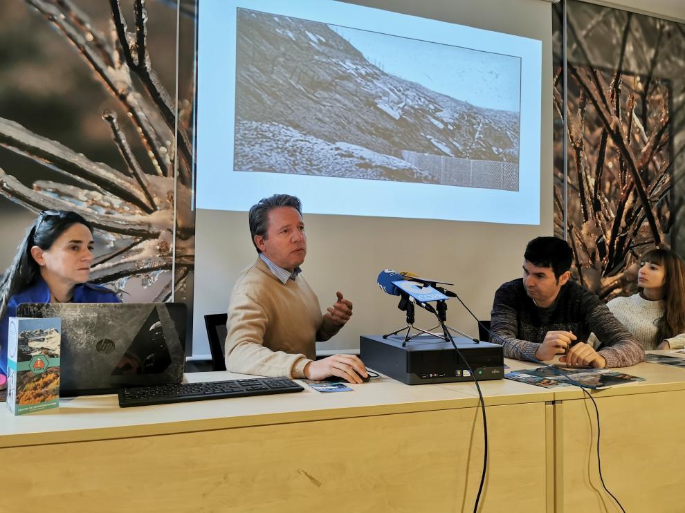 José Ignacio Fábregas muestra imágenes de algunas defensas antialudes de Canfranc