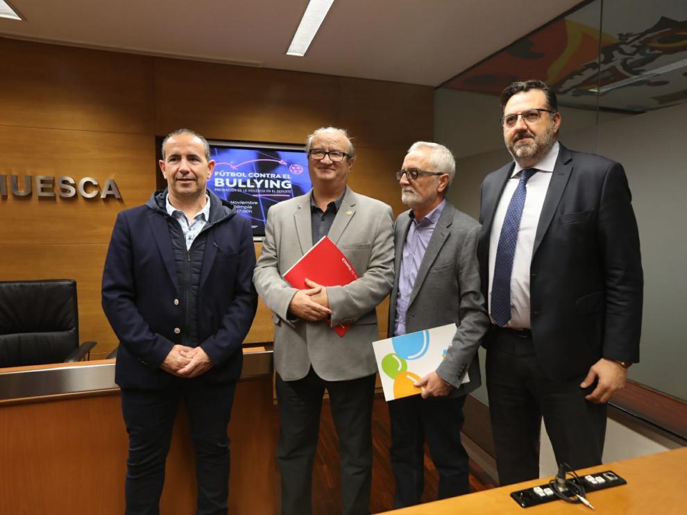 Joaquín Monesma, diputado provincial, José María Romance, concejal de deportes del Ayuntamiento de Huesca, Juan Hidalgo, Presidente de Prodes, y Manolo Torres, Consejero Delegado de la SD Huesca.