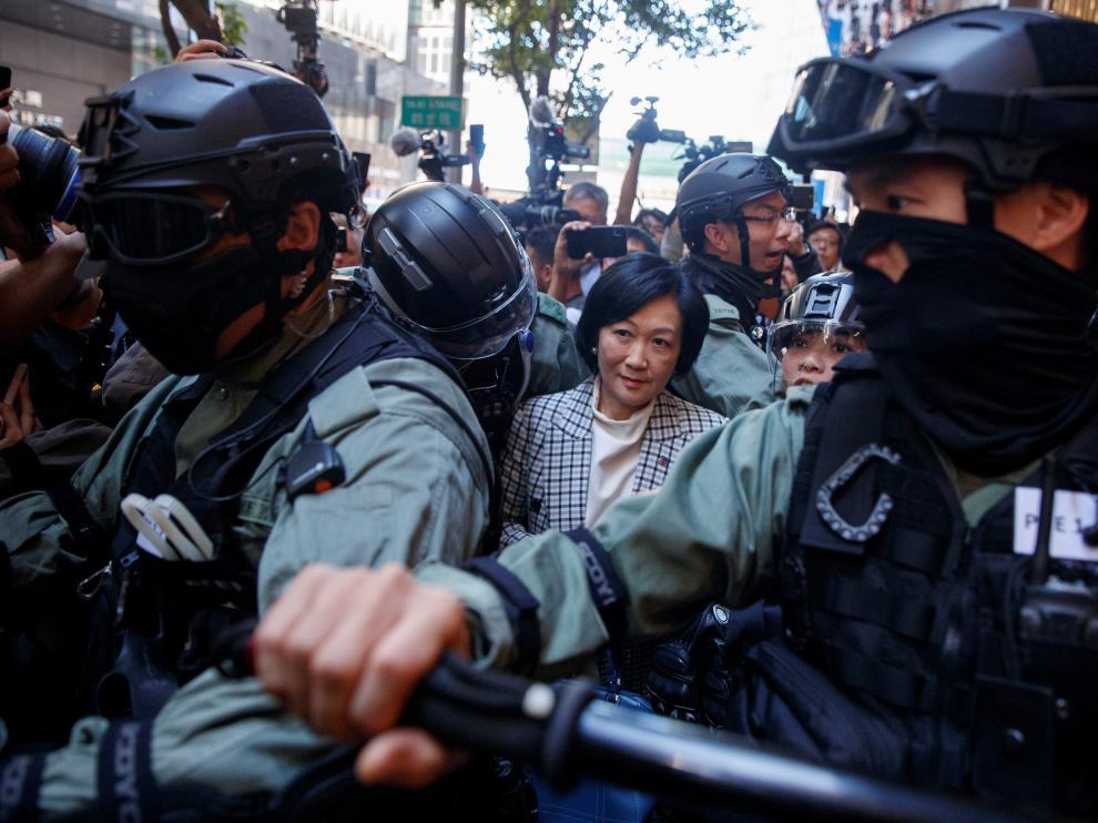 La policía escolta a una de las legisladoras prochinas en Hong Kong
