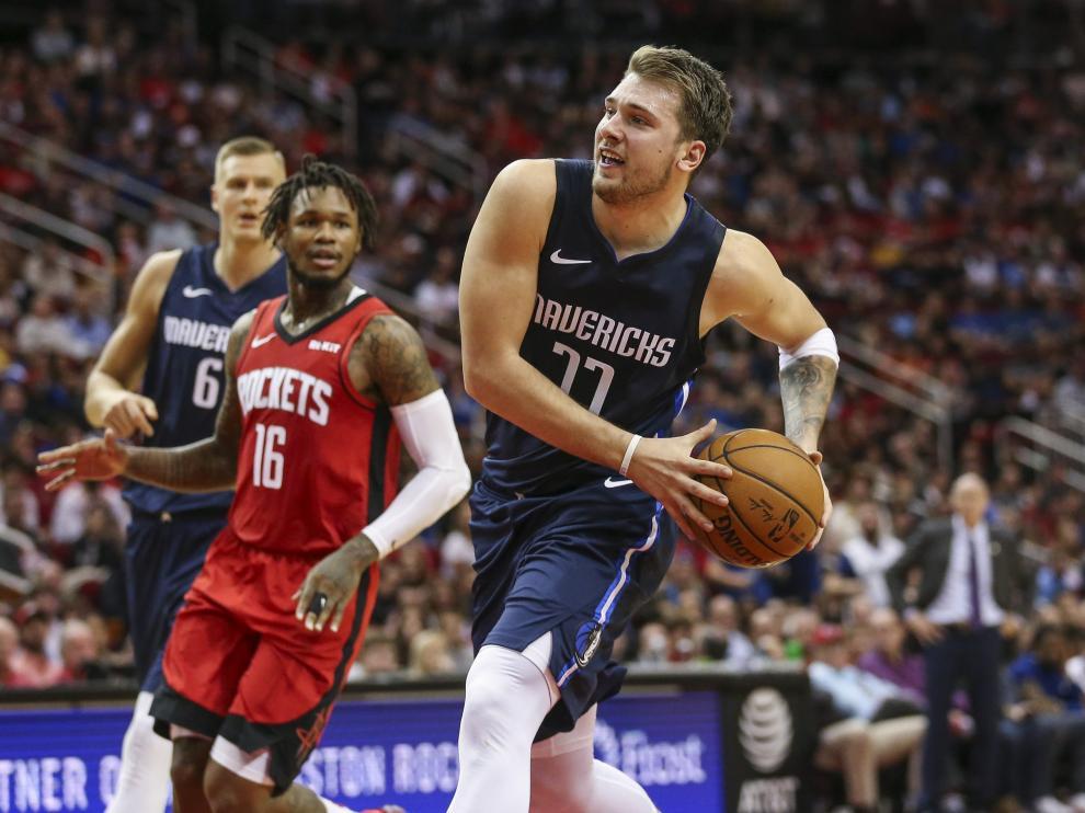Luka Doncic se dispone a lanzar en el partido entre Dallas Mavericks y Rockets, en el que firmó 41 puntos