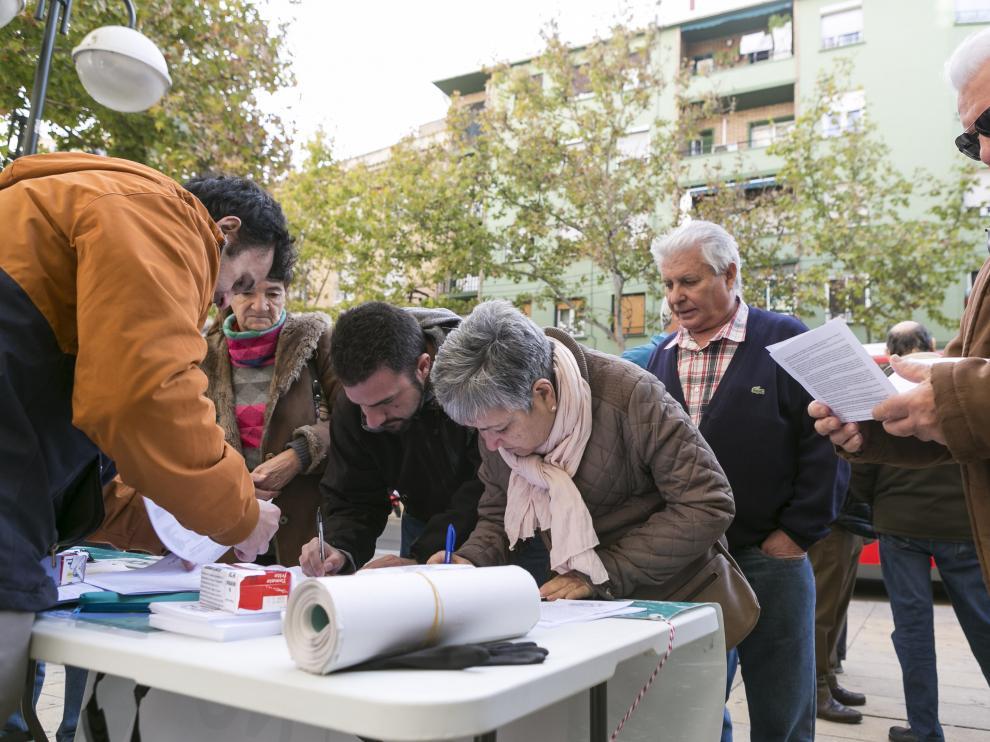 Varias personas firman contra el ICA en Torrero