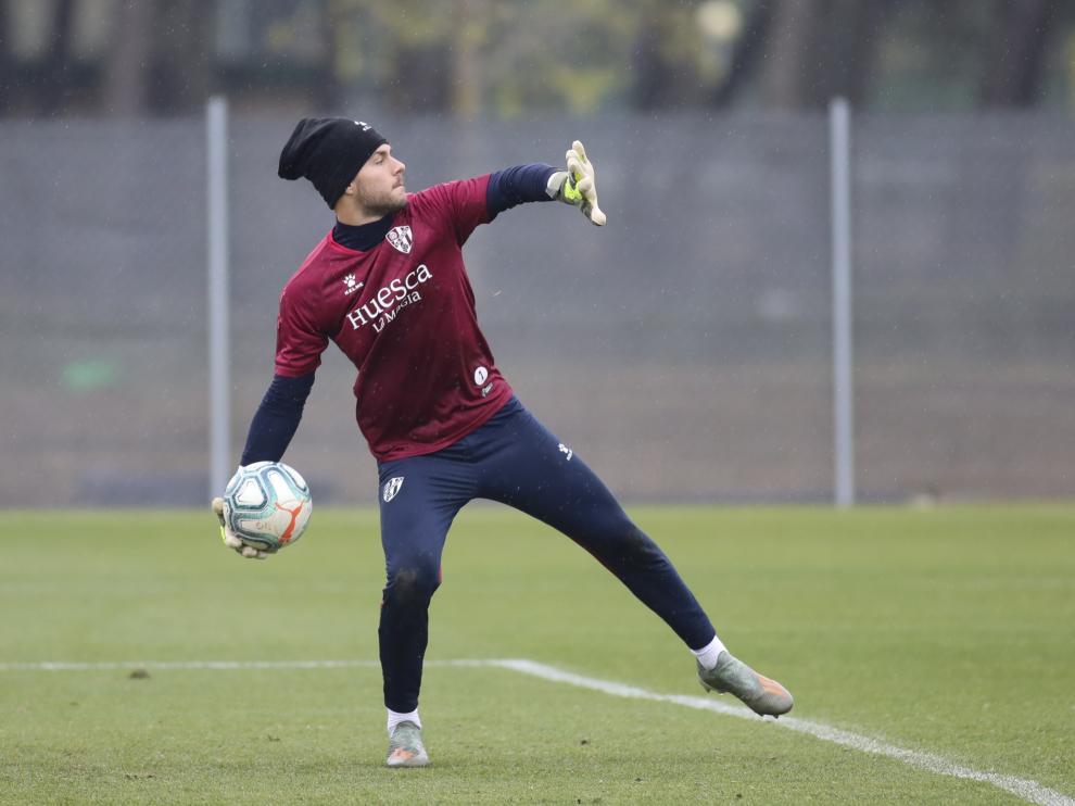 Álvaro Fernández, durante un entrenamiento con la SD Huesca.