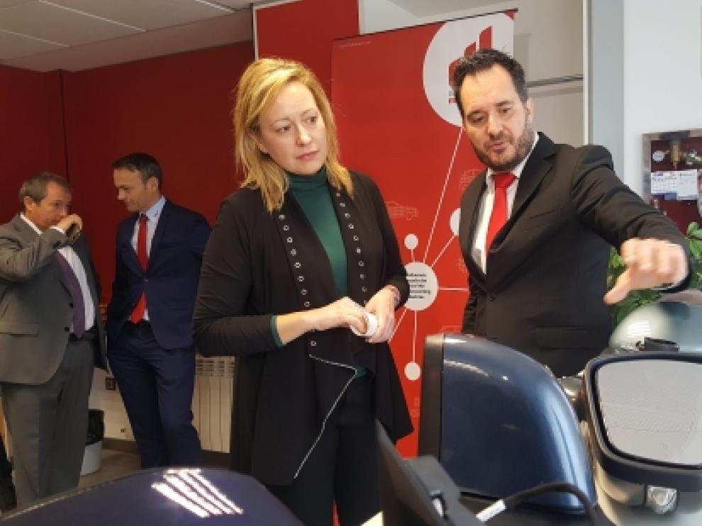 La consejera Marta Gastón con el gerente de la planta de SMR en Épila, Manuel Gasca.