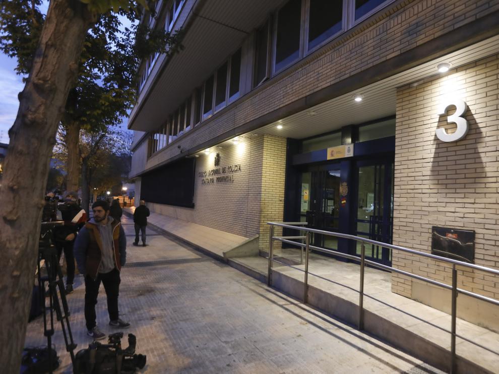 Entrada de la Comisaría Provincial de Huesca, este martes.