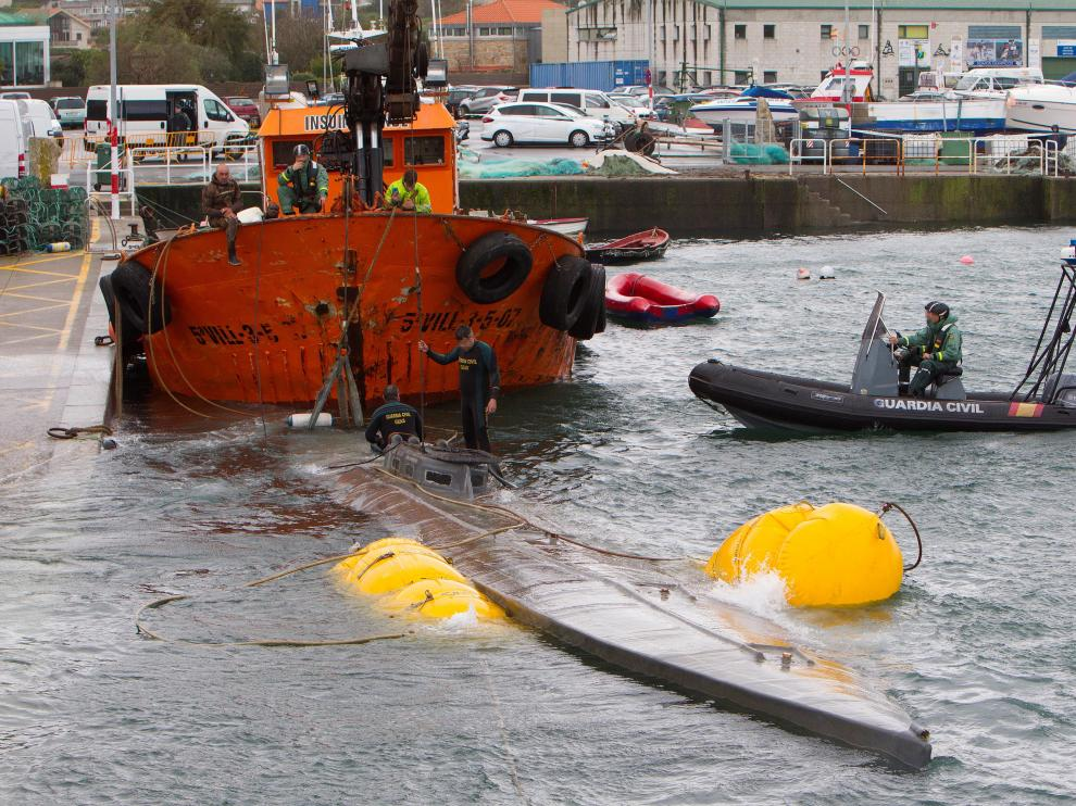El narcosubmarino hundido en Galicia es remolcado a puerto para su inspección
