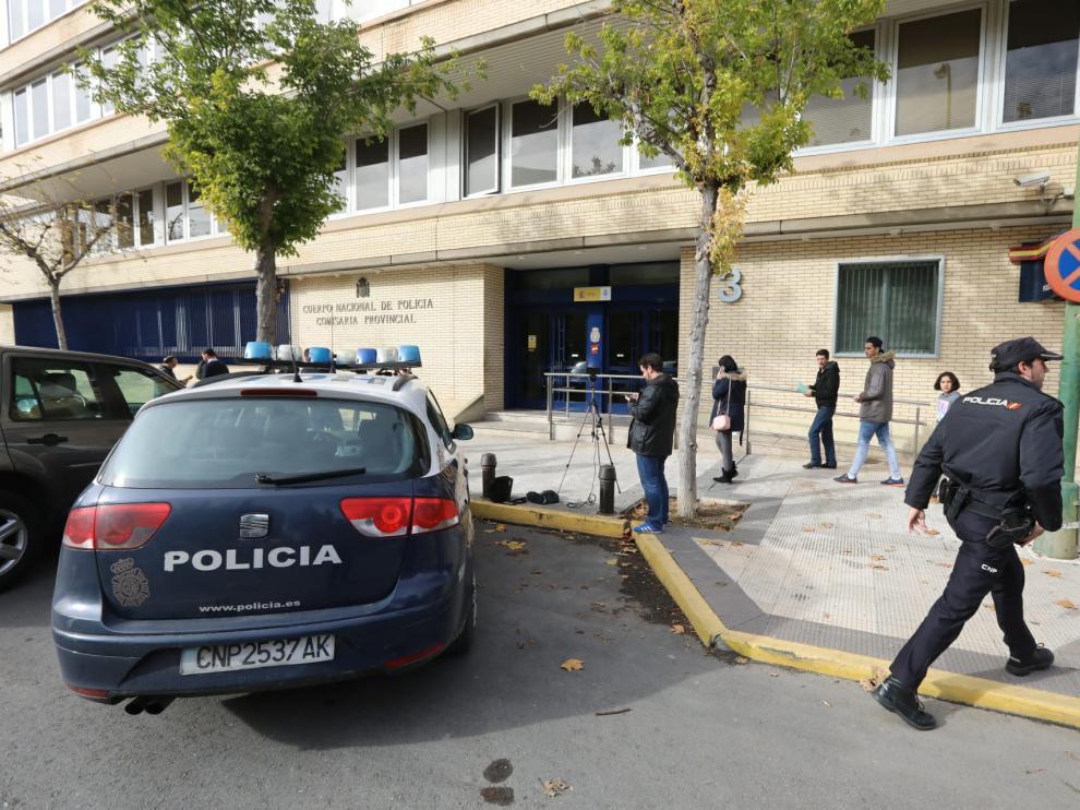 Expectación a la entrada de la Comisaría Provincial de Huesca ante la detención de nueve personas en la segunda fase de la operación Oikos, este martes