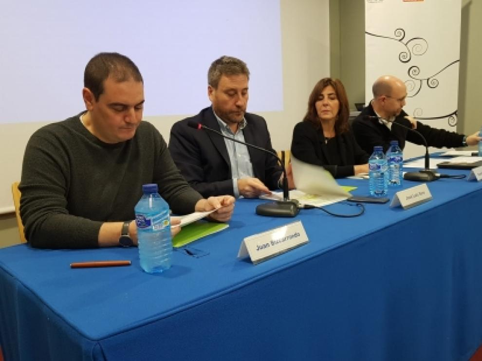 El consejero de Vertebración, José Luis Soro, segundo por la izquierda, en una jornada de vivienda organizada este martes en Zaragoza.