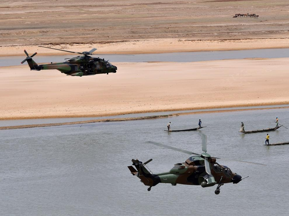 Gao (Mali), 19/05/2017.- (FILE) - A military helicopter carrying French President Emmanuel Macron (upper-L) flies over Gao during a visit to France's Barkhane counter-terrorism operation in Africa's Sahel region, northern Mali, 19 May 2017 (reissued 26 November 2019). According to recent reports, 13 French soldiers died in helicopter crash during the Barkhane counter-terrorism operation against jihadists in Mali. (Terrorismo, Francia) EFE/EPA/CHRISTOPHE PETIT TESSON / POOL French soldiers die in helicopter crash