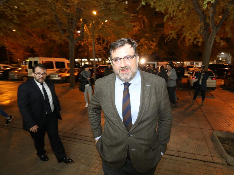 Manolo Torres, en primer plano, tras la reunión del Consejo de Administración de la SD Huesca.