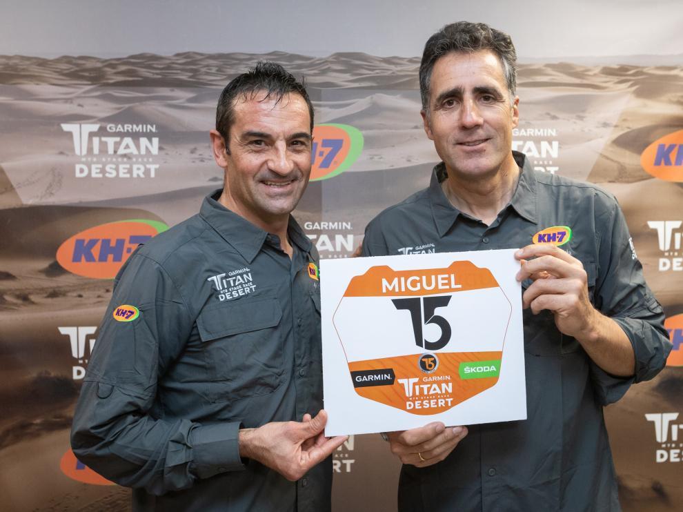 Melcior Mauri y Miguel Indurain con el dorsal que el navarro lucirá en la Titan Desert 2020