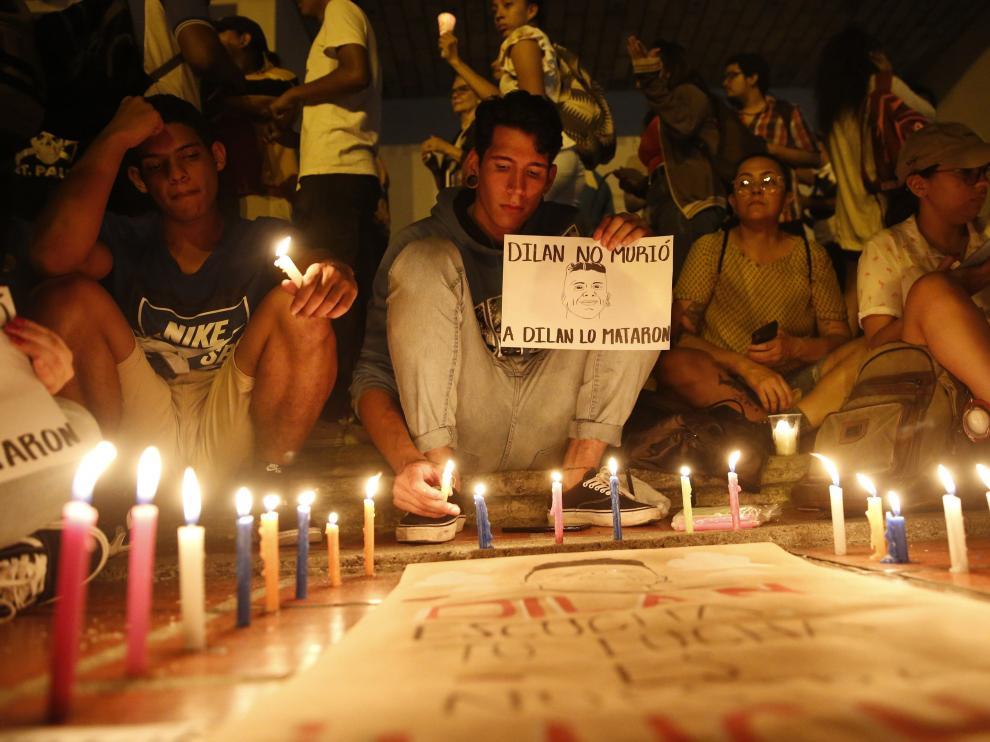 Cientos de personas han participado este martes en una manifestación en rechazo a la muerte del estudiante Dilan Cruz por un disparo de la policía antidisturbios.