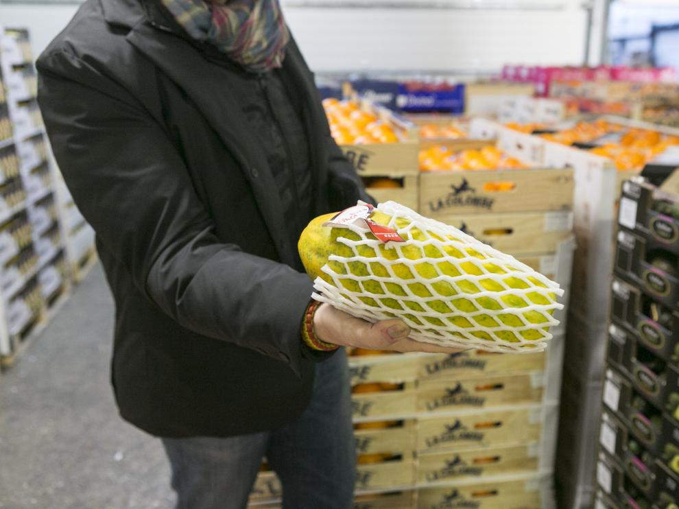 Imagen de un papayón en el puesto de venta de frutas Monge en Mercazaragoza.