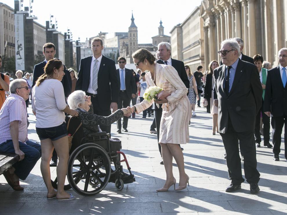 La infanta Elena saludó a algunos ciudadanos en la plaza del Pilar camino a la Real Maestranza.