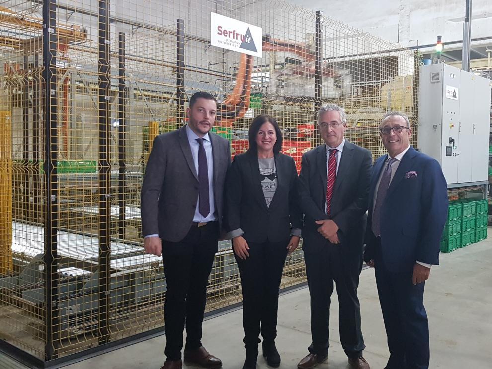 Responsables de Patatas Gómez, con el consejero de Agricultura, Joaquín Olona, y la directora general de Promoción e Innovación Agroalimentaria, Carmen Urbano, ayer en las nuevas instalaciones de la empresa en Mercazaragoza.