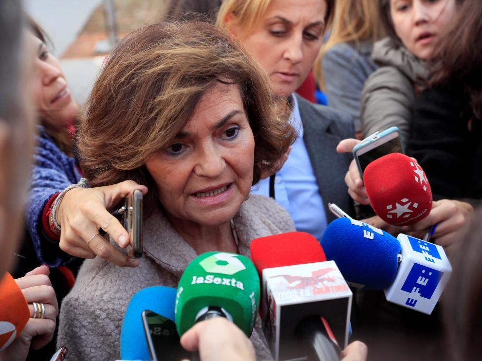 La vicepresidenta Carmen Calvo, atendiendo a los medios