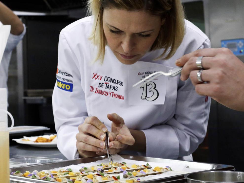 Susana Casanovas durante la preparación de la tapa en el concurso.