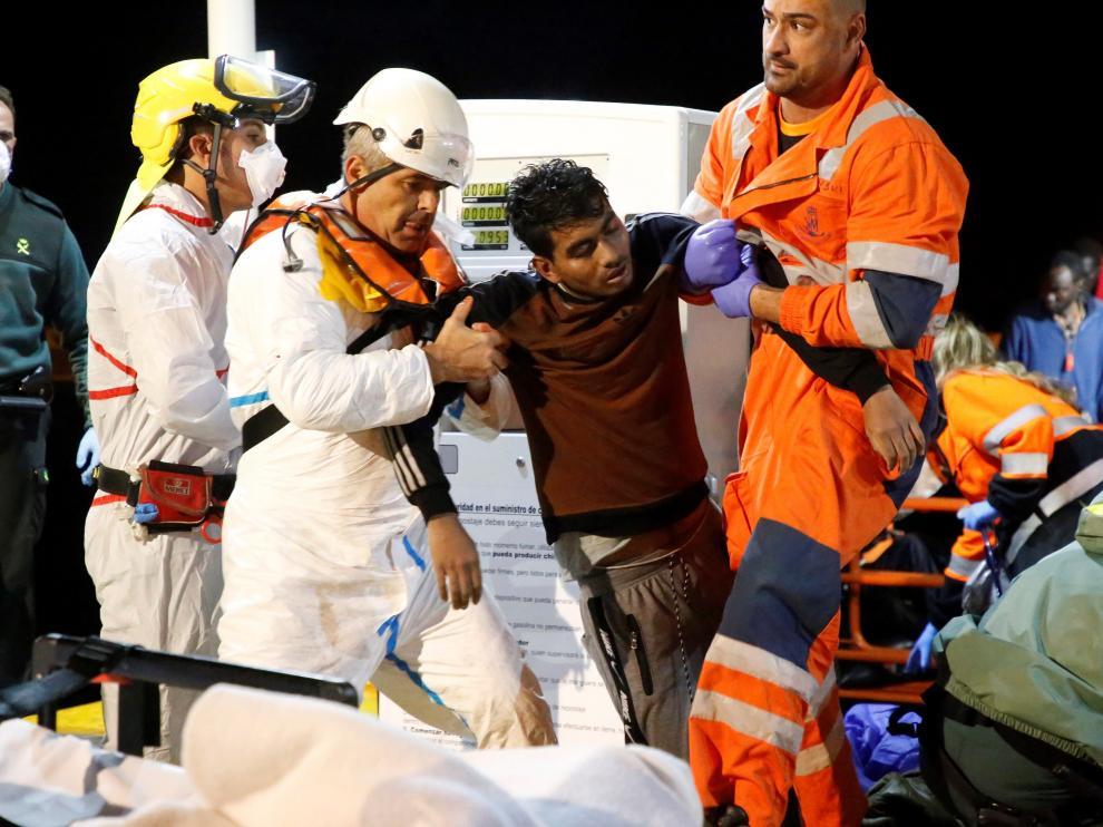 Tres inmigrantes han fallecido y unos 10 se encuentran desaparecidos en el mar a unas 30 millas al Norte de Melilla, donde Salvamento Marítimo ha conseguido rescatar a cerca de 70 personas