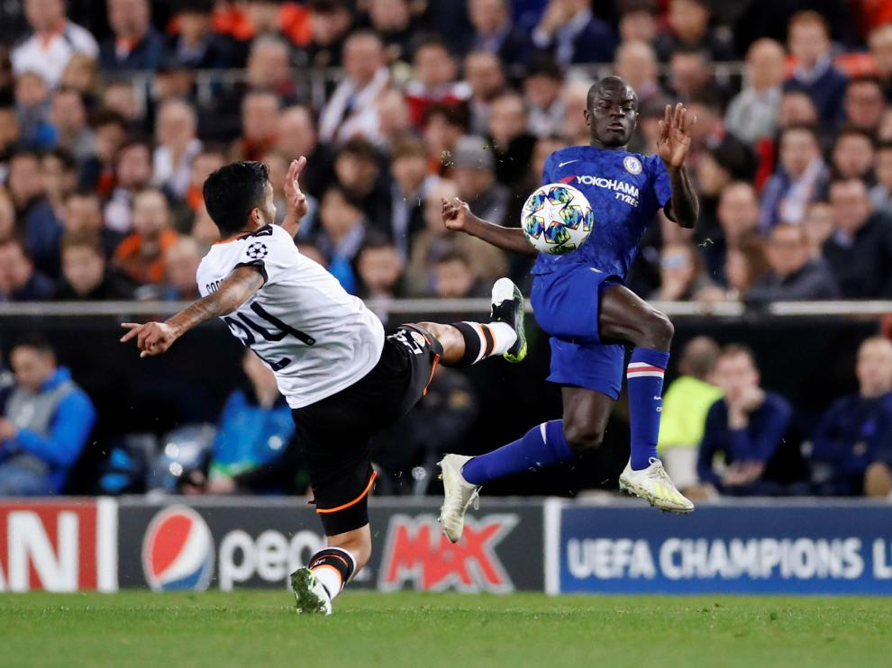 Soccer Football - Europa League - Champions League - Group H - Valencia v Chelsea - Mestalla, Valencia, Spain - November 27, 2019 Chelsea's N'Golo Kante in action with Valencia's Ezequiel Garay Action Images via Reuters/Andrew Boyers [[[REUTERS VOCENTO]]] SOCCER-CHAMPIONS-VAL-CHE/REPORT