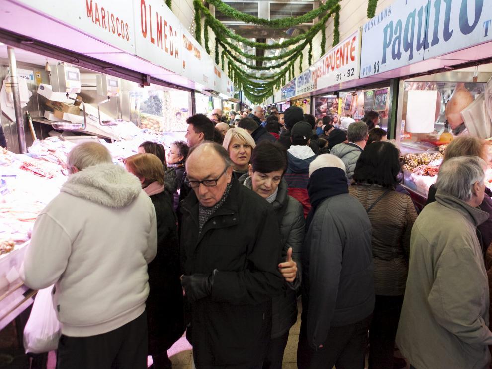Compras de última hora en el mercado central de Zaragoza en diciembre de 2017.
