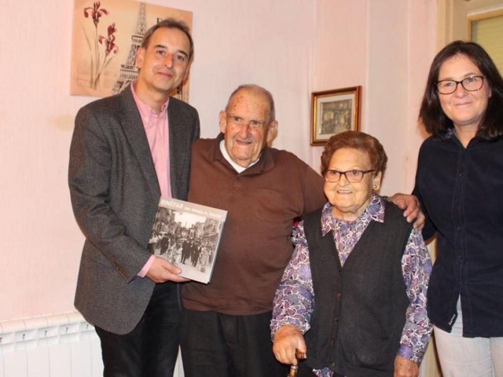 El alcalde de Binéfar, Alfonso Adán, y la concejal de Bienestar Social, Yolanda Gracia, felicitaron en persona a Caridad Murillo y Antonio Torres.