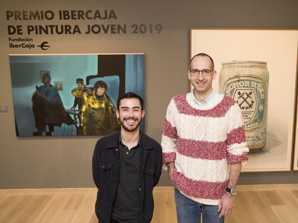 Federico García Trujillo y Alejandro Azón Ballarín, junto a las obras premiadas en el certamen