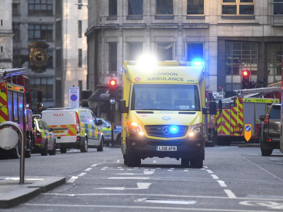 London (United Kingdom), 29/11/2019.- Medical services at the scene of an incident at London Bridge in London, Britain, 29 November 2019. According to reports, a man has been detained after police officers were called to a stabbing at London Bridge. Several people have been injured. (Reino Unido, Londres) EFE/EPA/FACUNDO ARRIZABALAGA London Bridge incident