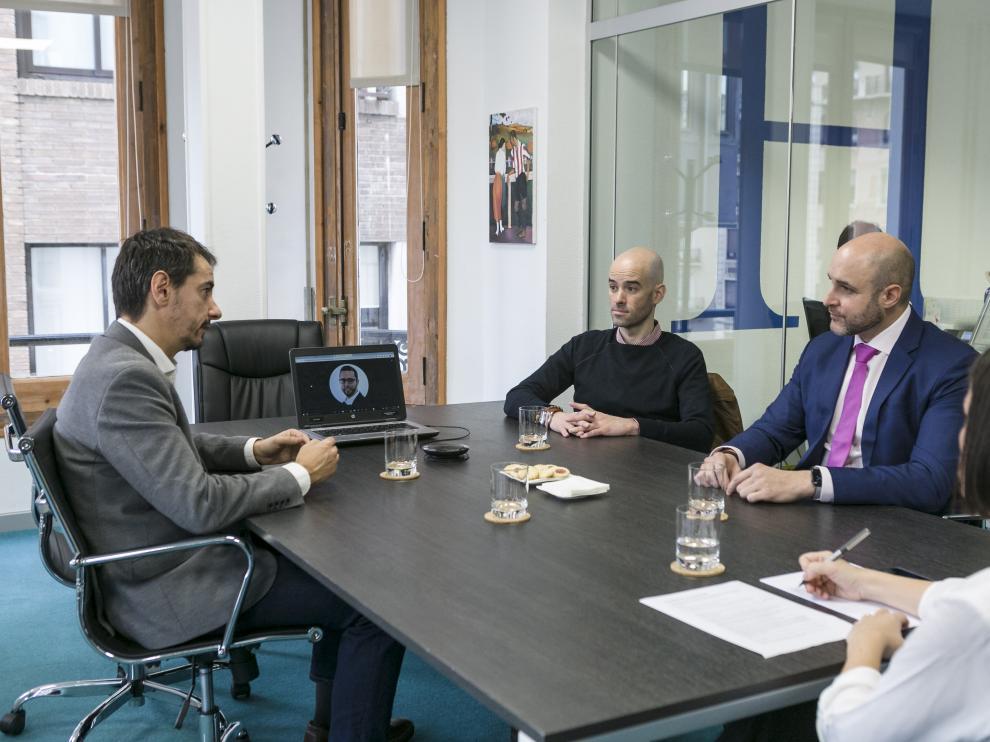 De izda. a dcha., Ignacio Pérez (AST), Yarek Pérez (Vodafone, por videoconferencia), Vicente Rubiella (Teltronic) y Rubén Roldón (Hiberus).