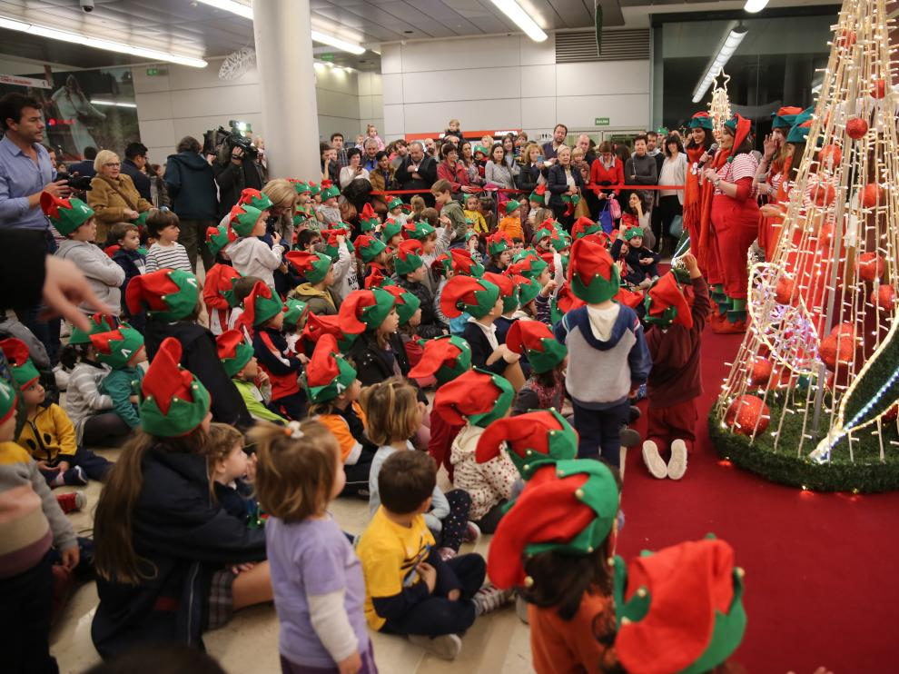 El Centro Comercial Aragonia estrena la Navidad este viernes. Los niños han estado acompañados de unos divertidos elfos que han repartido regalos entre los más pequeños