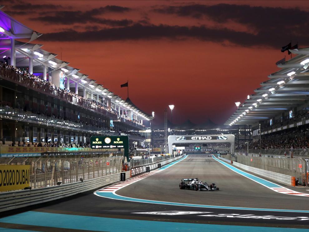 El británico Lewis Hamilton conduce su Mercedes en la sesión de clasificación del Gran Premio de Abu Dhabi