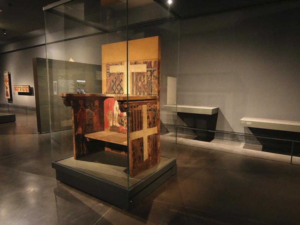 El Museo exhíbe en su colección gótica el trono de Blanca de Aragón, priora del monasterio entre 1321 y 1347, quizá la pieza más valiosa en depósito. Llegó hace un siglo para restaurar y nunca se devolvió. En la foto superior, tomada antes del 11 de diciembre del 2017, aparece junto a dos cajas sepulcrales incautadas. Abajo se ven los espacios vacíos, que continúan así dos años después.
