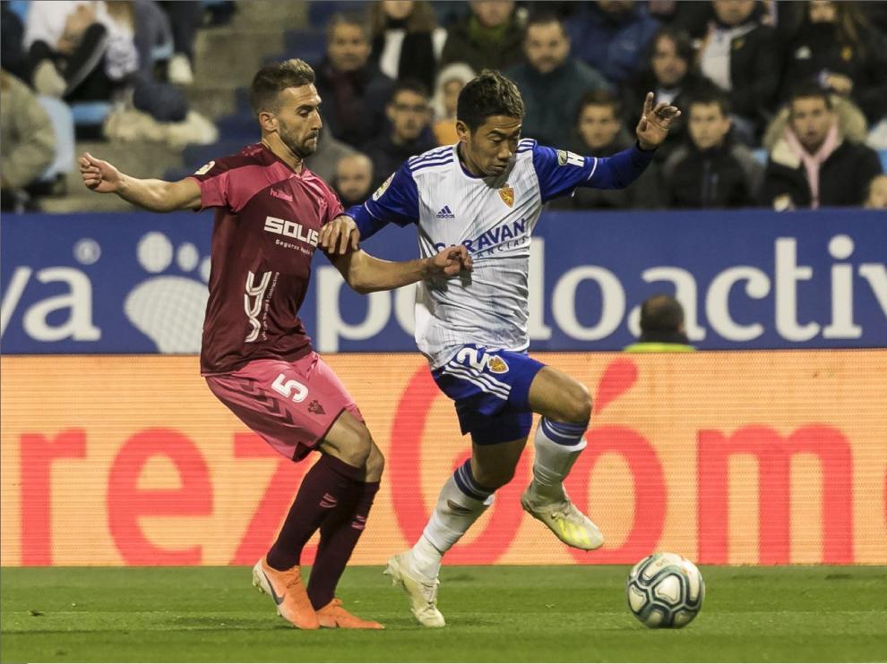 Kagawa, en el último partido en La Romareda ante el Albacete, pelea el balón con el exzaragocista Benito.