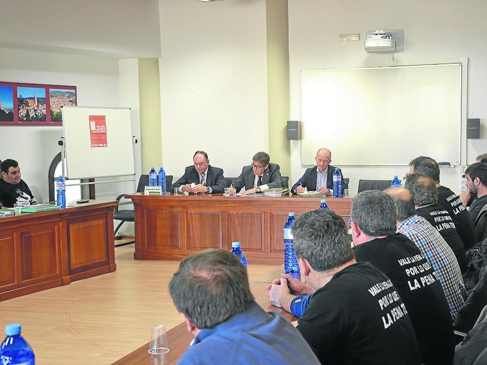 La plataforma de los trabajadores de las subcontratas reunida ayer con Arturo Aliaga.